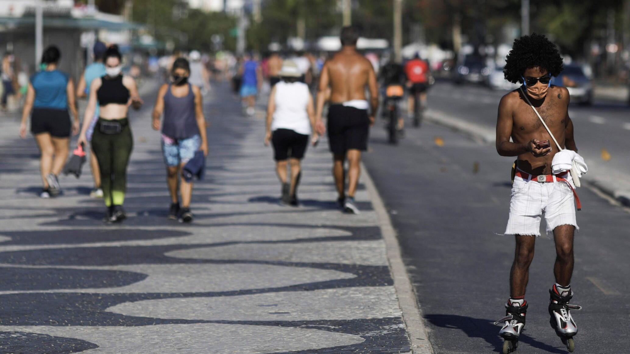 Se ven personas en la playa de Copacabana en medio del brote de la enfermedad por coronavirus en Río de Janeiro, Brasil, 28 de julio de 2020.