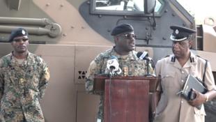 El inspector general de la Fuerza de Defensa de Jamaica, Daniel Pryce (centro), habla en Kingston, Jamaica, el 20 de enero de 2018.