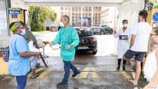 Des employés de l'Institut Pasteur de Guyane testent des patients au Covid-19 à Cayenne, le 23 juin 2020.
