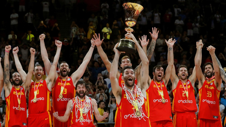 El capitán Rudy Fernández y sus compañeros, con el trofeo que les acredita como vencedores del Mundial de baloncesto de China 2019, tras vencer a Argentina por 75-95 en la final de Beijing. 15 de septiembre de 2019.