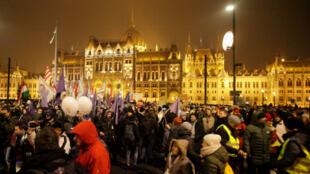 Des manifestants hongrois à Budapest pour protester contre la loi travail d'Orban, le 21 décembre 2018.