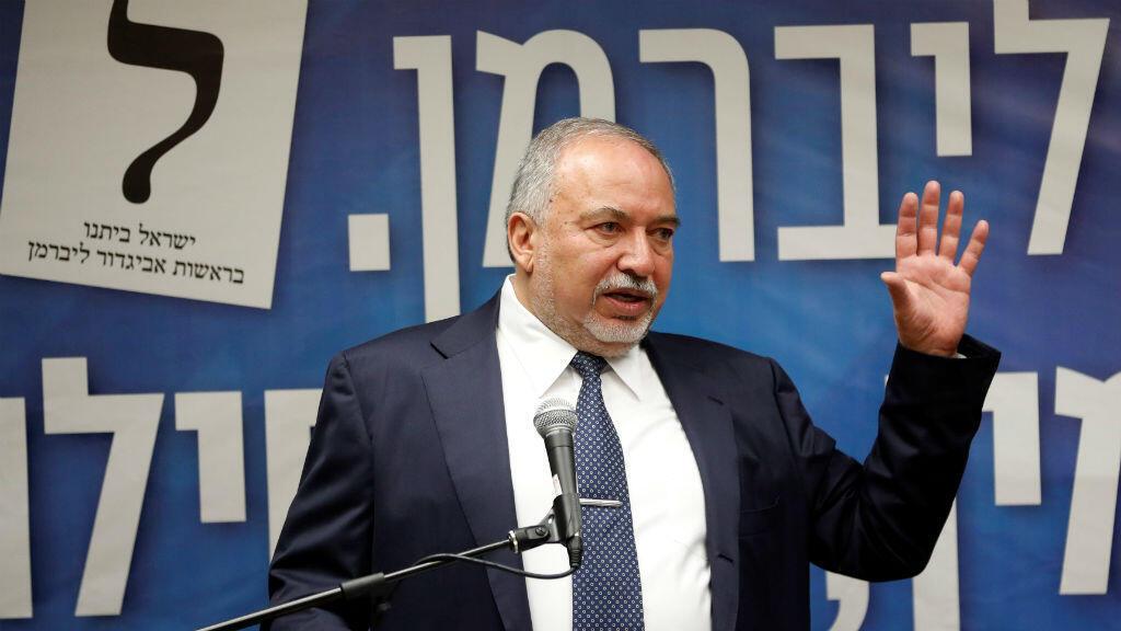 El ex ministro de Defensa de Israel, Avigdor Lieberman, habla durante una reunión de su partido en la Knesset, el parlamento de Israel, en Jerusalén, el 27 de mayo de 2019.