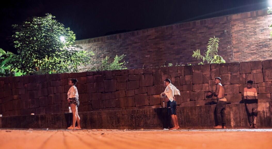 Un grupo de migrantes se acerca a una fuente de agua, para bañarse, en el parque donde habitan. En Bucaramanga, Colombia, el 18 de junio de2020.