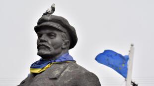 À Slaviansk, dans la région de Donetsk, un drapeau ukrainien est enroulé autour d'une statue de Lénine.