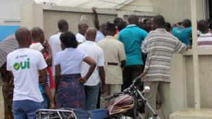 """Un Congolais porte un tee-shirt """"Je vote oui"""" à l'extérieur d'un bâtiment où se tient un meeting, à Brazzaville le 24 octobre 2015."""
