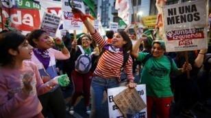 فتيات يرددن هتافات منددة بالعنف ضد النساء، في بوينس آيرس، الأرجنتين، 3 يونيو/حزيران 2019