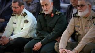 """الجنرال الإيراني قاسم سليماني قائد """"فيلق القدس"""" (وسط الصورة)"""