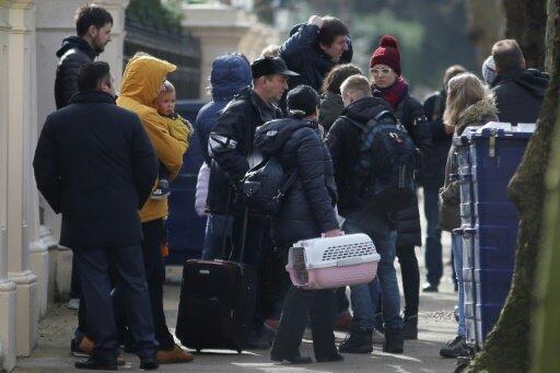 عائلات الدبلوماسيين الروس المطرودين تغادر السفارة الروسية في لندن في 20 آذار/مارس