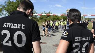 Salariés de Smart, rassemblés sur le site d'Hambach le 9 juillet 2020