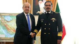 El ministro de Exteriores de Francia, Jean-Yves Le Drian, estrecha la mano del secretario del Consejo Supremo de Seguridad Nacional de Irán, Ali Shamkhani, en Teherán, Irán, el 5 de marzo de 2018.