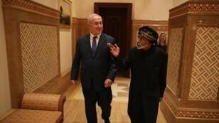 السلطان قابوس بن سعيد مستقبلا رئيس الوزراء الإسرائيلي بنيامين نتانياهو/ أ ف ب