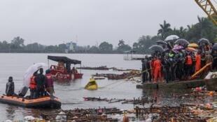 فرق الإنقاذ تحاول انتشال غارقين في البحيرة السفلى في بوبال بالهند، 15 سبتمبر/ أيلول 2019.