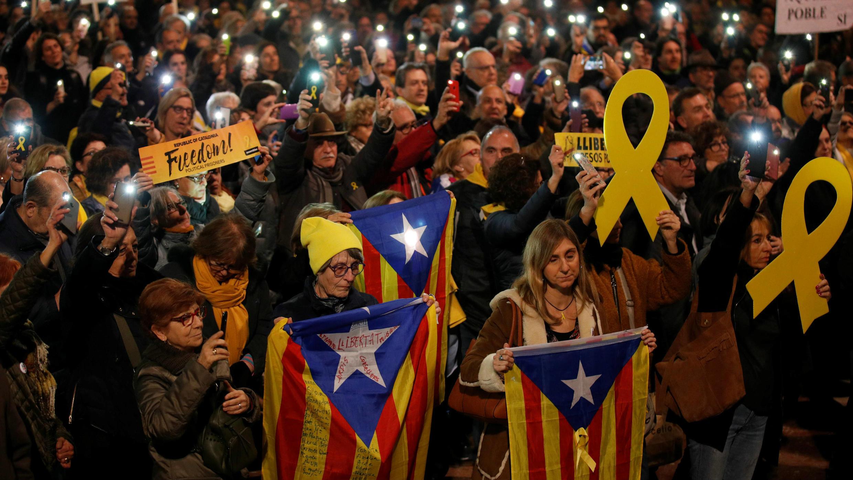 Miles de personas se manifiestan en Plaza Cataluña, en Barcelona, a favor de los líderes independentistas enjuiciados, el 12 de febrero de 2019.
