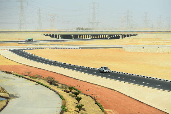 Une route toute neuve, en plein désert, mène au site de la future capitale.