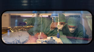 طاقم طبي يعتني بمريض مصاب بـكوفيد-19 على متن قطار TGV عالي السرعة طبي في محطة السكة الحديد في ستراسبورغ، فرنسا ، 3 أبريل/ نيسان 2020.