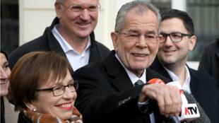 Le candidat soutenu par les écologistes, Alexander Van der Bellen, a été donné vainqueur selon les premiers résultats de l'élection présidentielle autrichienne.