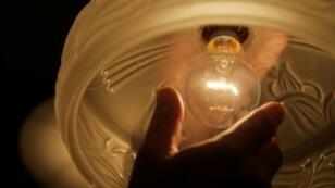 """Greenpeace a dévoilé vendredi son classement des fournisseurs d'électricité """"verte"""", pour permettre aux consommateurs de s'y retrouver et a mis un zéro pointé aux géants du secteur EDF, Engie ou Total"""