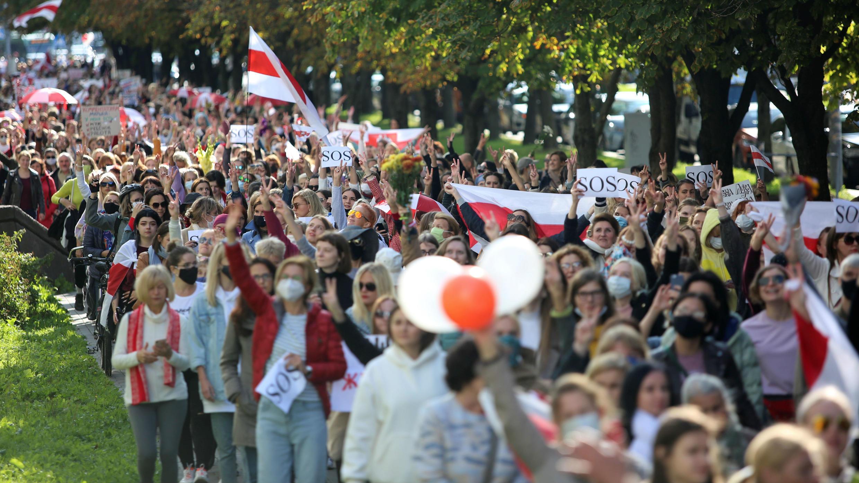 Partidarios de la oposición celebran una manifestación para protestar contra la brutalidad policial y rechazar los resultados de las elecciones presidenciales en Minsk, Belarús, el 19 de septiembre de 2020.