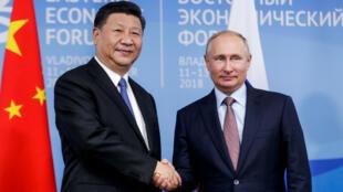 El presidente ruso, Vladimir Putin, estrecha la mano del presidente chino, Xi Jinping, durante su reunión en el marco del Foro Económico Oriental en Vladivostok, Rusia, el 11 de septiembre de 2018.