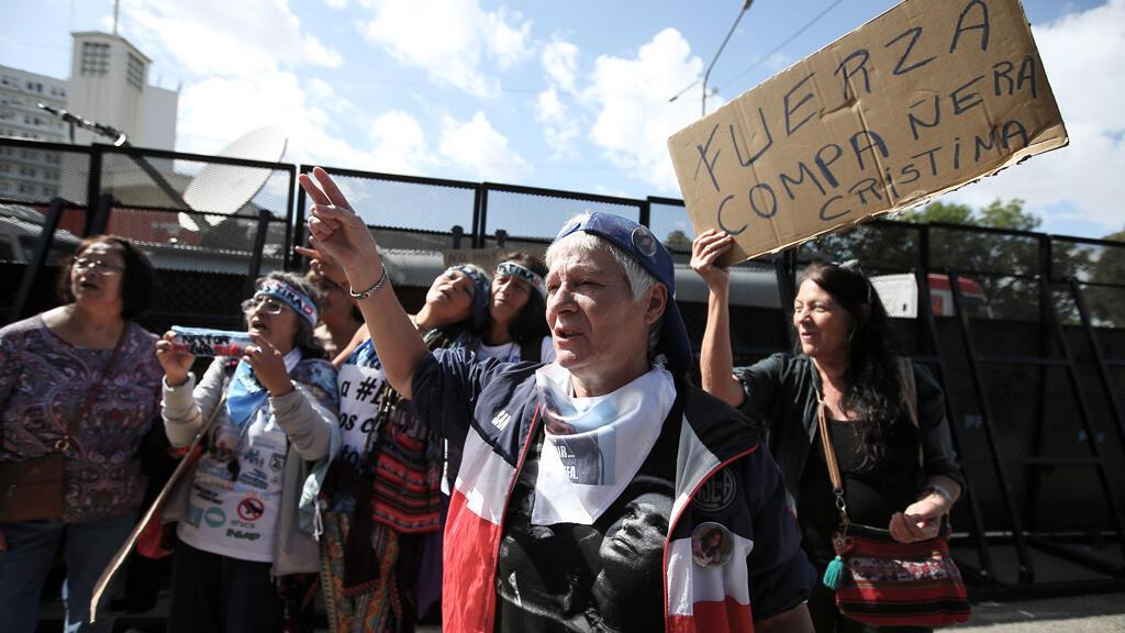 """Partidarias de la expresidenta argentina Cristina Fernández de Kirchner sostienen un cartel que dice """"Fuerza, compañera Cristina"""" ante un tribunal federal en Buenos Aires, Argentina, el 25 de febrero de 2019."""