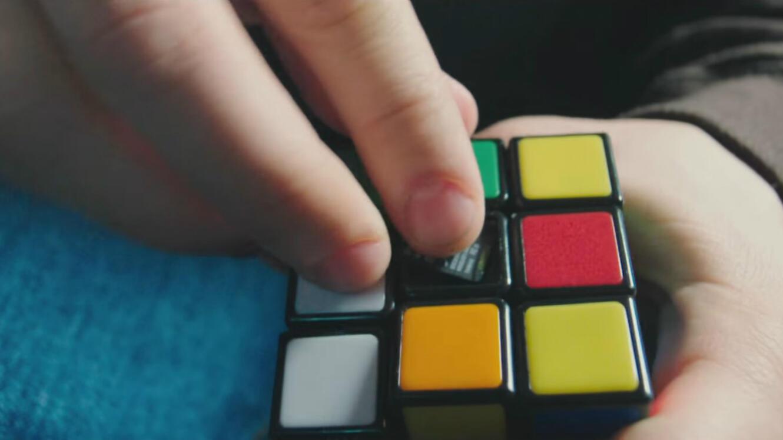 Edward Snowden, jamais sans son Rubik's Cube.