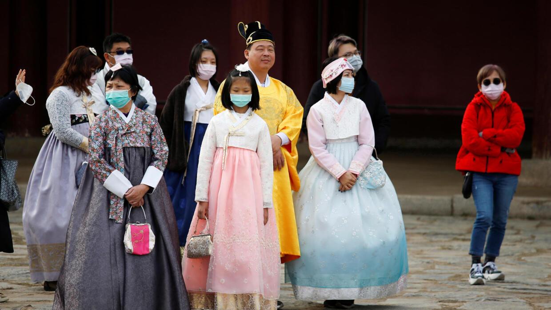Des touristes se protègent du coronavirus à Séoul, en Corée du Sud, le 29 janvier 2020.