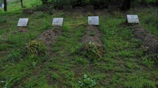 Photographie de quatre des sept tombes des moines de Tibéhirine, assasinés en 1996 en Algérie, prise le 26 avril 2010.