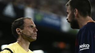 - بيكيه وهو يشتم مساعد الحكم خلال مباراة كأس إسبانيا بين برشلونة وأتلتيك بلباو.