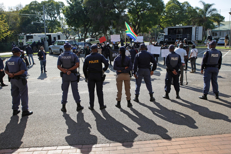 Policiers sud-africains à Pretoria, le 5 juin 2020.