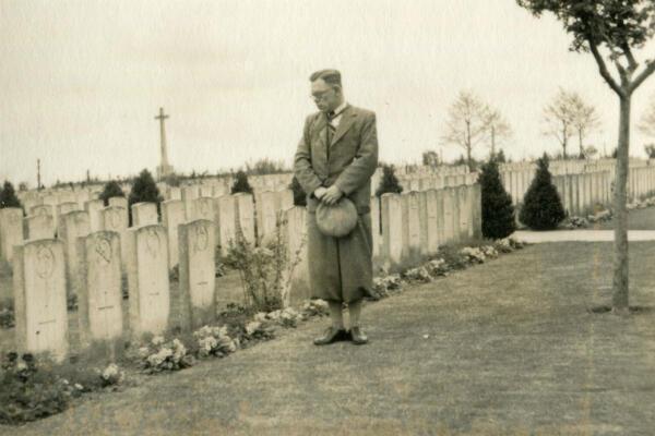 Un vétéran britannique de retour à Passchendaele dans les années 1930