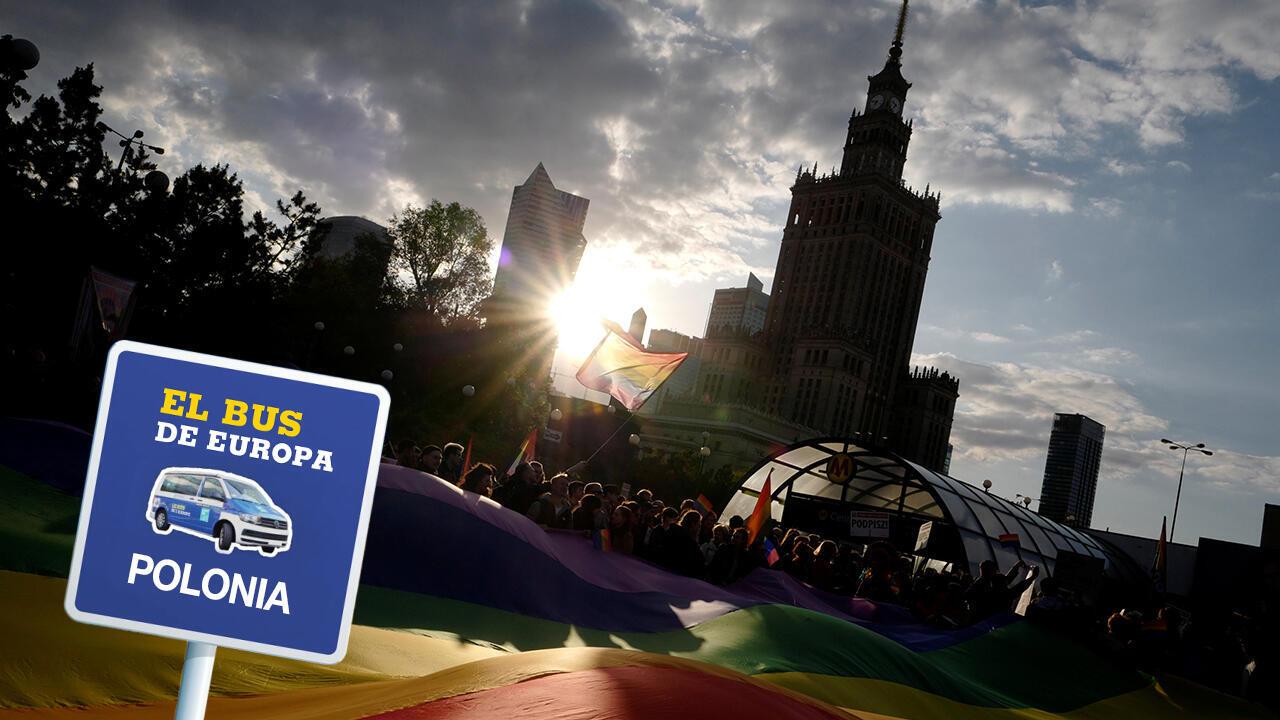 """Unos manifestantes sostienen una gran bandera del arco iris en una protesta , en Varsovia, Polonia, el 7 de Mayo de 2019, en apoyo a Elzbieta Podlesna, autora de una imagen que representa a la Virgen María con un halo de color arco iris, que recuerda a la bandera LGBT, que fue detenida por """"ofensa a las creencias religiosas""""."""