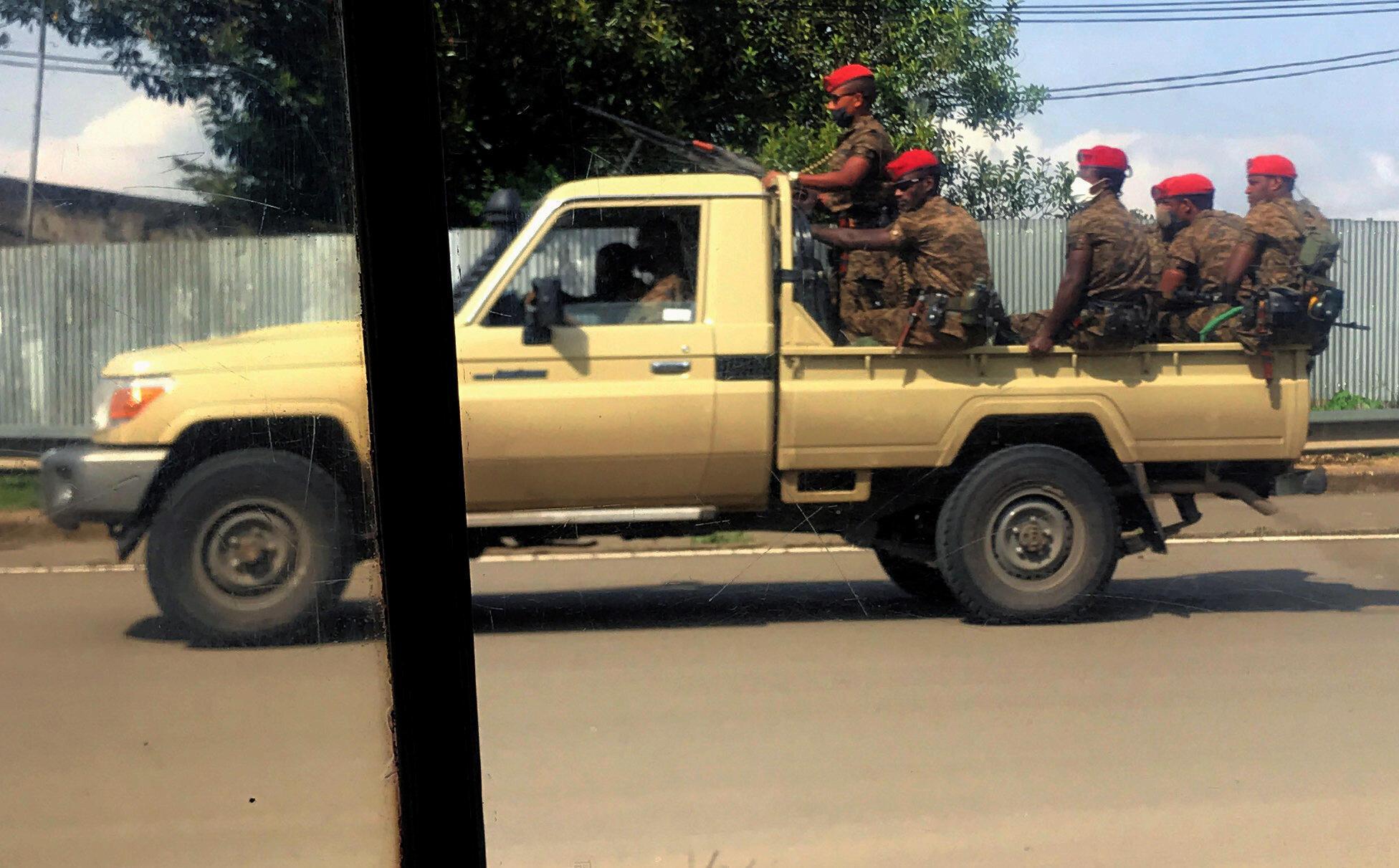 Des militaires patrouillent dans les rues de la capitale éthiopienne, Addis Abeba, le 2 juillet 2020.