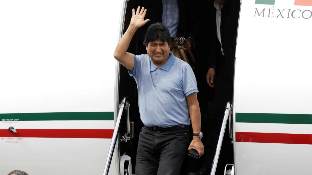 Evo Morales, que renunció a la presidencia de Bolivia el pasado 10 de noviembre, saluda durante su llegada a Ciudad de México, México, el 12 de noviembre de 2019.
