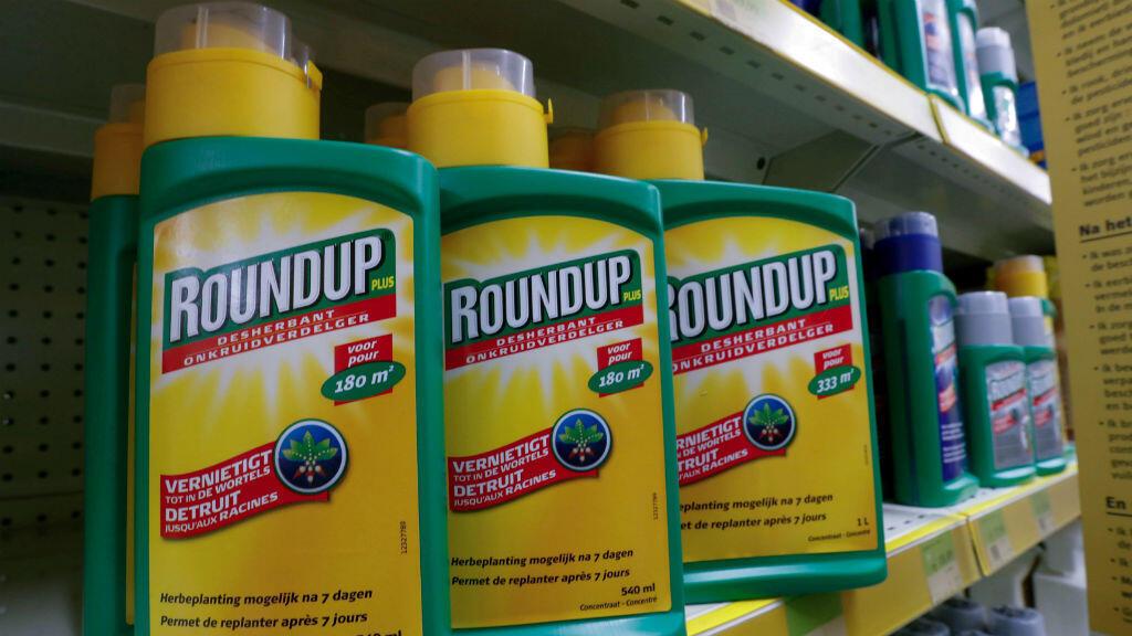 Atomizadores de los herbicidas Roundup de Monsanto exhibidos para la venta en una tienda de jardinería cerca de Bruselas, Bélgica, el 27 de noviembre de 2017.