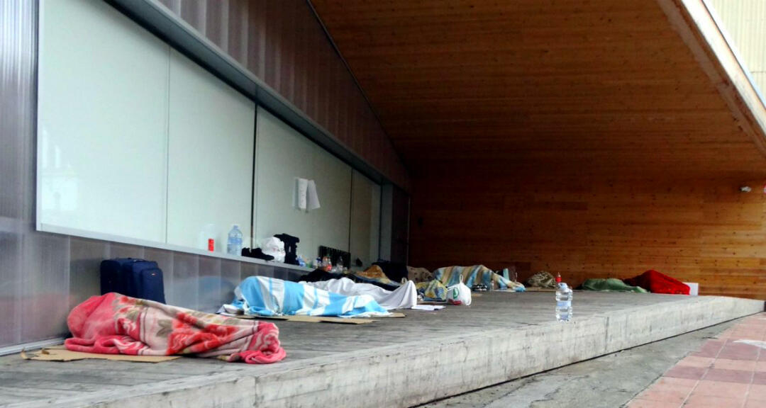 Imagen que muestra un grupo de temporeros durmiendo en la calle en Lleida, Cataluña, España.