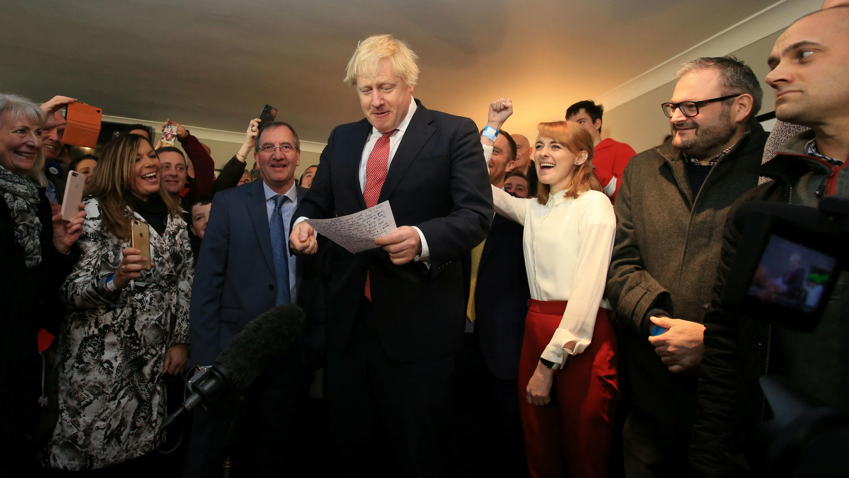 El primer ministro, Boris Johnson, durante su intervencion en el club de cricket de Sedgefield. 14 de diciembre de 2019.