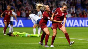 Jodie Taylor celebra junto a Beth Mead tras marcar el 1-0 de Inglaterra sobre Argentina en Le Havre, el 14 de junio de 2019.