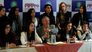 El director ejecutivo de Acolfutpro, Carlos González Puche (c), habla en una rueda de prensa sobre acoso laboral en la selección de mayores de fútbol femenino en Bogotá, Colombia, el 7 de marzo de 2019.
