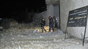 Des Syriens sortent d'un bâtiment identifié comme la mosquée touchée le 16 mars.