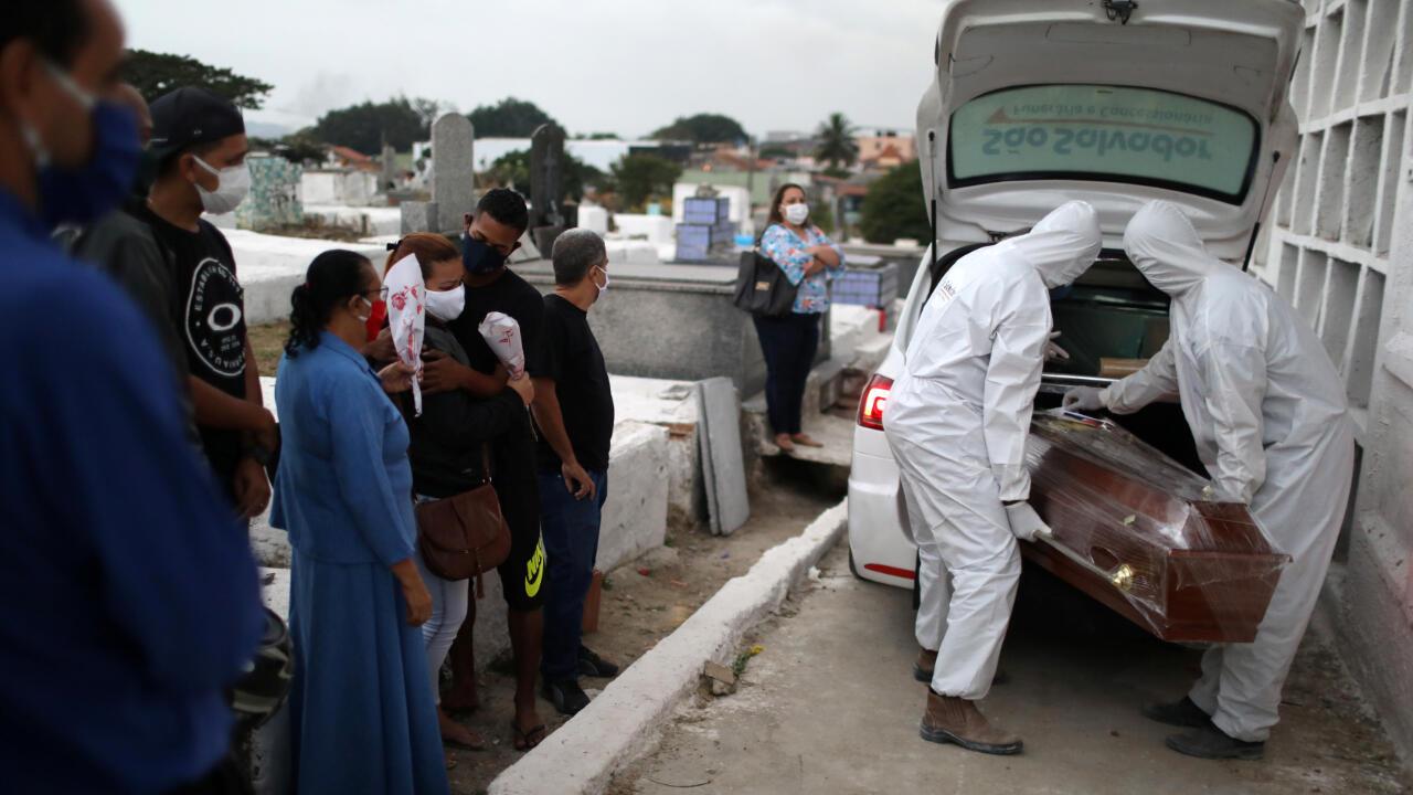 Estas personas entierran a su familiar, quien falleció por Covid-19, en la ciudad de Nova Iguaçu, Brasil, el 20 de agosto de 2020.