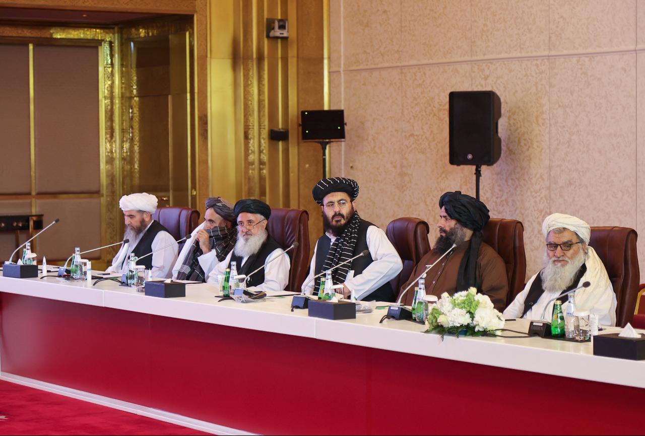 Una delegación del movimiento talibán de Afganistán asiste a una sesión de las conversaciones de paz entre el Gobierno afgano y los talibanes en Doha, Qatar, el 17 de julio de 2021.