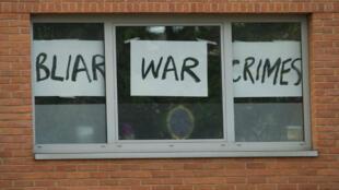 """نافذة في بريطانيا كتب عليها """"جرائم حرب بلير"""""""