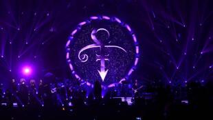 Un hommage est rendu à Prince avant un concert de Michel Polnareff en France, le 30 avril 2016.