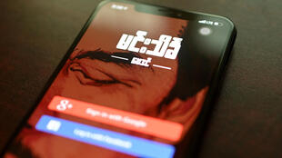 L'écran de login d'une application d'astrologie sur un smartphone, le 25 avril 2020 à Rangoun, en Birmanie
