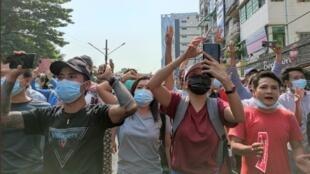 Miles de personas protestaron en las calles de Rangún, Myanmar, contra la nueva junta militar el 6 de febrero de 2021.