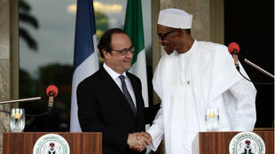 François Hollande et le président nigérian Muhammadu Buhari, à Abuja, le 14 mai 2016.
