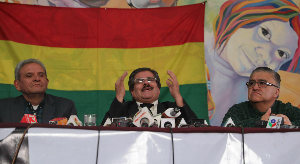 Archivo-El presidente del Comité Nacional de Defensa de la Democracia (Conade) de Bolivia, Waldo Albarracín (c), durante una rueda de prensa, en La Paz, Bolivia, el 21 de octubre de 2019.