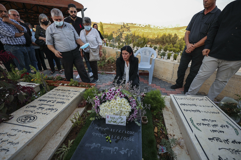 النائبة في المجلس التشريعي الفلسطيني خالدة جرار عند زيارتها قبر ابنتها سهى في الضفة الغربية المحتلة يوم الافراج عنها من سجن اسرائيلي في 26 أيلول/سبتمبر 2021
