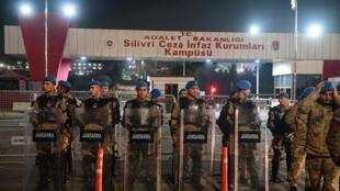 Des policiers turcs devant la prison de Silivri, en mars2018.