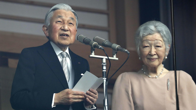 El emperador Akihito saludando a sus súbditos con motivo de su cumpleaños número 85 en compañía de la emperatriz Michiko, en el balcón oficial del Palacio Imperial. Tokio, Japón. 23 de diciembre 2018.